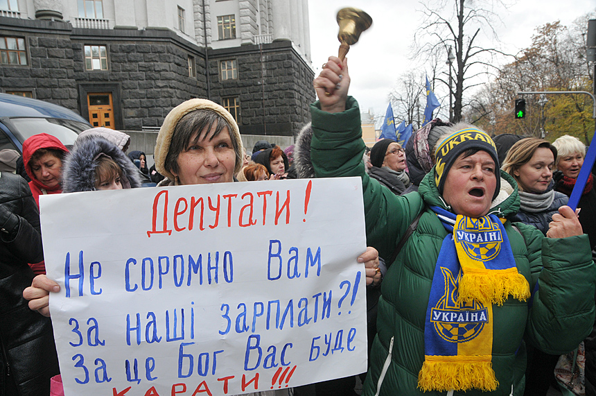 В Житомирской области учителя на два часа перекрыли дорогу, протестуя против невыплат зарплат