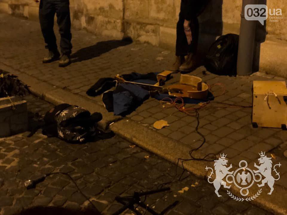 Во Львове радикалы разбили гитару уличному музыканту, который пел на русском языке