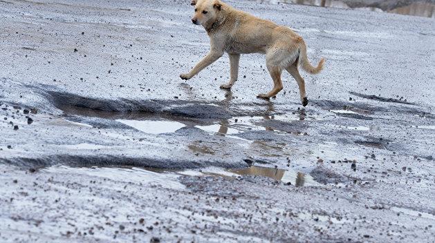 «Уличные капканы и окровавленные сельчане». В Херсоне люди проваливаются в дорожные ямы