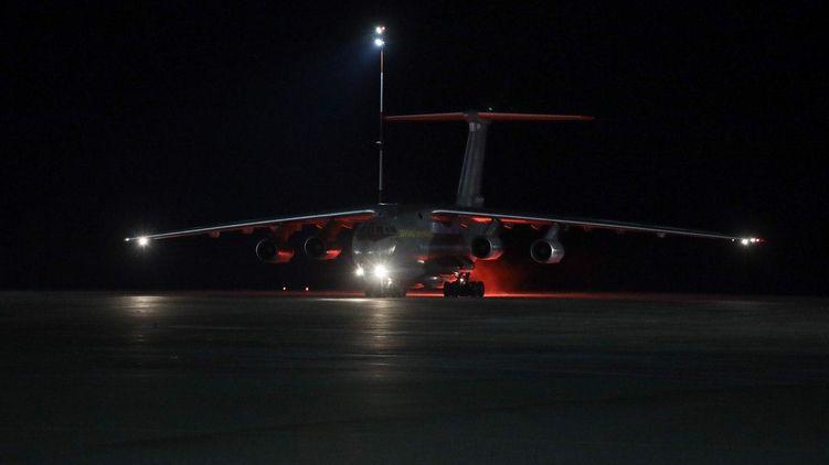 Военный Ил-76 ночью доставил из Китая в Украину 250 000 тестов на коронавирус Сovid-19 и аппараты ИВЛ