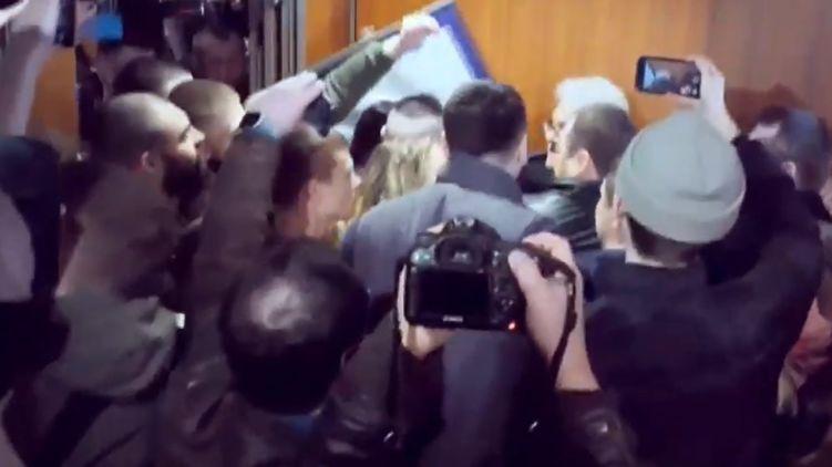 Националисты напали на Сивохо во время презентации платформы по примирению с Донбассом. Видео