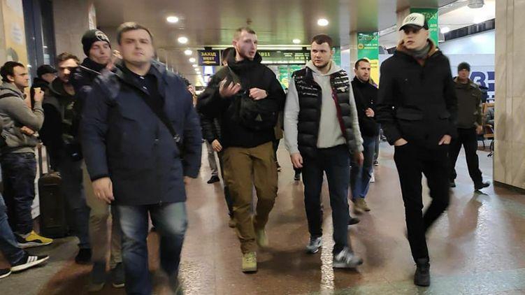 """Поручкался с ультраправыми. Как министр Криклий и радикалы С14 искали """"цыганские банды"""" на вокзале Киева"""