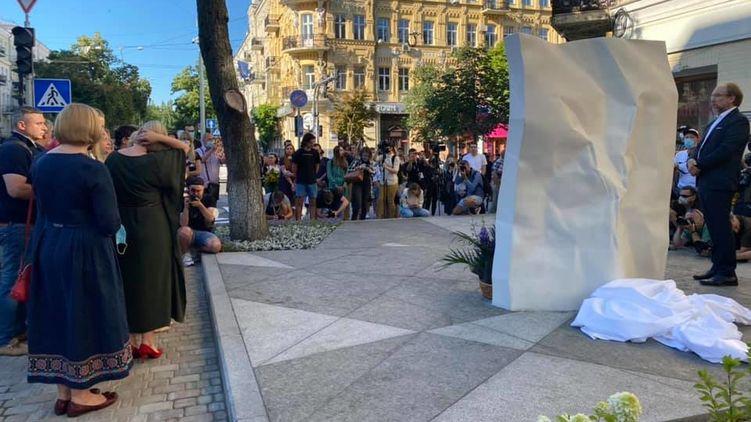В Киеве установили памятник в честь убитого журналиста Павла Шеремета. Фото