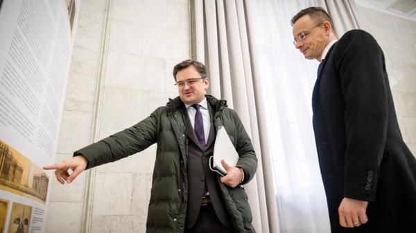 Глава МИД Украины Жмитрий Кулеба и глава МИД Венгрии Петер Сийярто